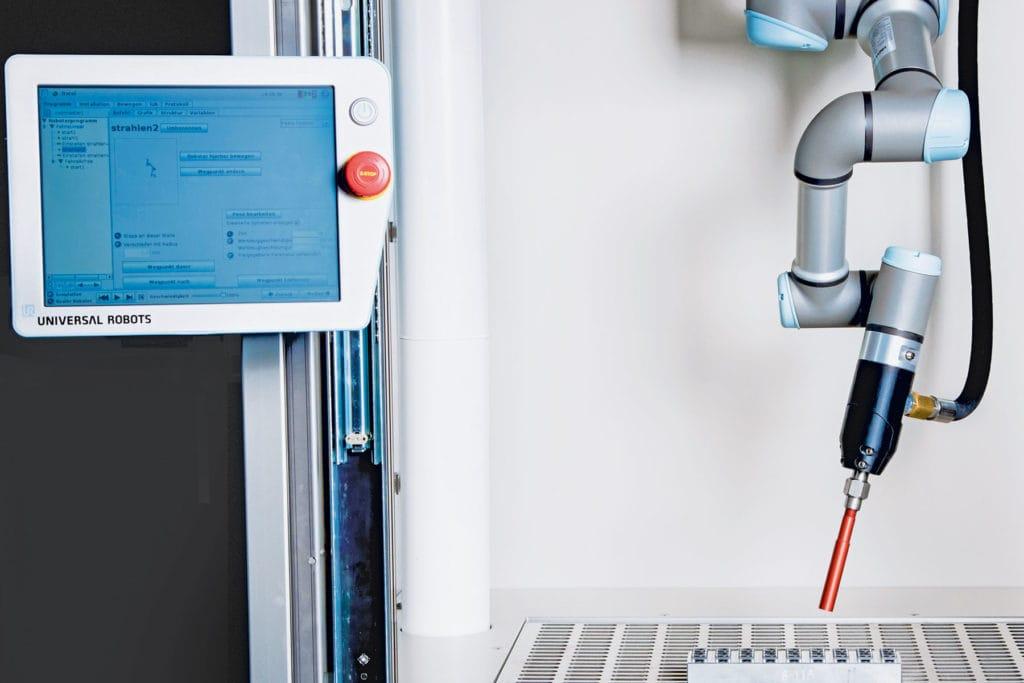 Automatisierte Trockeneisreinigung in Zusammenarbeit mit Universal Robots